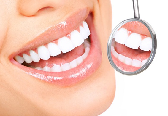 Профессиональная чистка зубов в стоматологическом кабинете ультразвуком