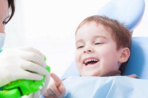 Лечение кариеса взрослым и детям